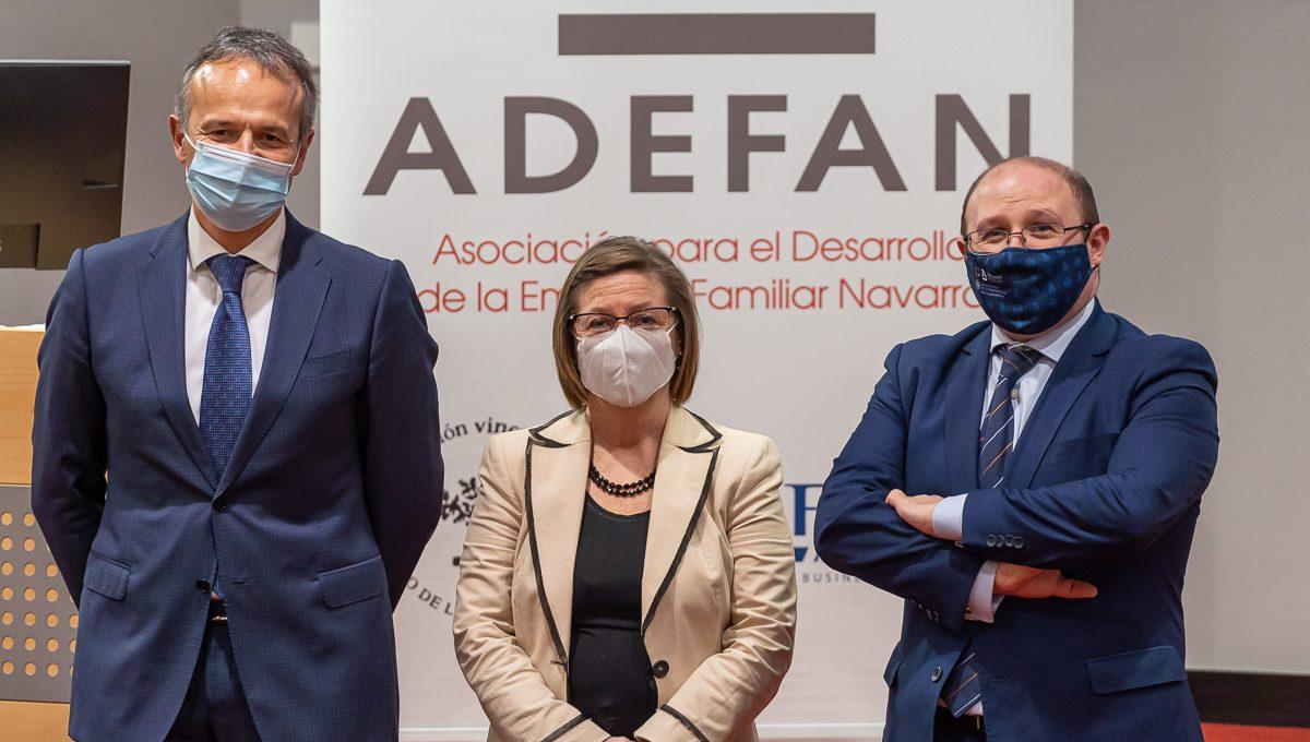 De izda. a dcha: Manuel Piquer, Marisa Sáinz y Olivier Izal antes de iniciar el seminario celebrado en el Club de Marketing de Navarra. (foto: Víctor Ruiz).